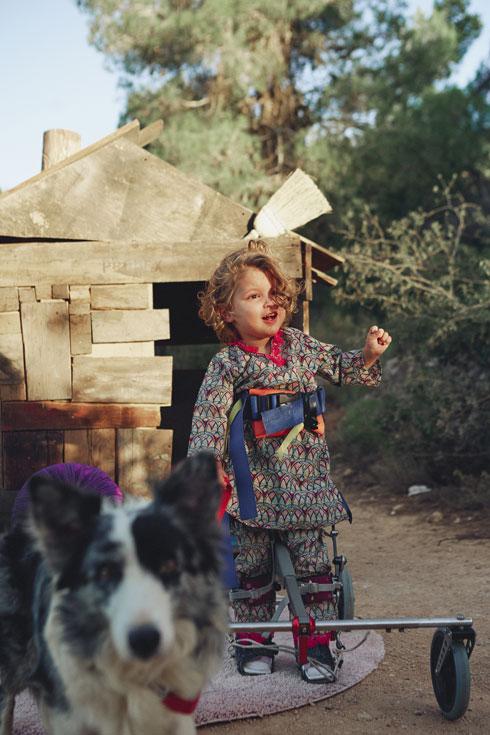"""""""אמה סובלת מכשלים מוטוריים בהליכה, אבל היא ילדה חריפה, פקחית ונאמנה לעצמה"""" (צילום: הילה שייר)"""