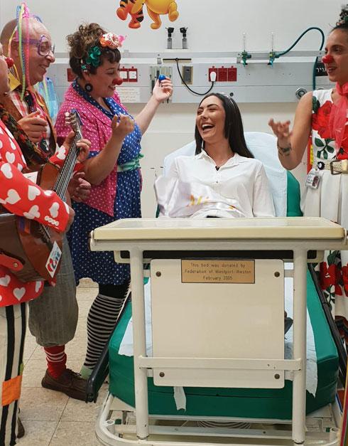 """מלכת היופי ניקול רזניקוב וצוות הליצנים הרפואיים בבית חולים העמק. """"כמה שהמחלקה נעימה ומחבקת, היא בסופו שלדבר מקום מאד בודד ולילדה קטנה בכלל"""" (צילום: אלבום פרטי)"""