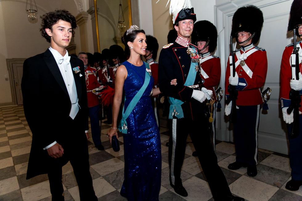 """""""לא נכפה על ניקולאי דבר. עתידו יוחלט אך ורק על ידו"""". עם אביו הנסיך יואכים ואשתו השנייה, הנסיכה מריה (צילום: Ole Jensen/GettyimagesIL)"""