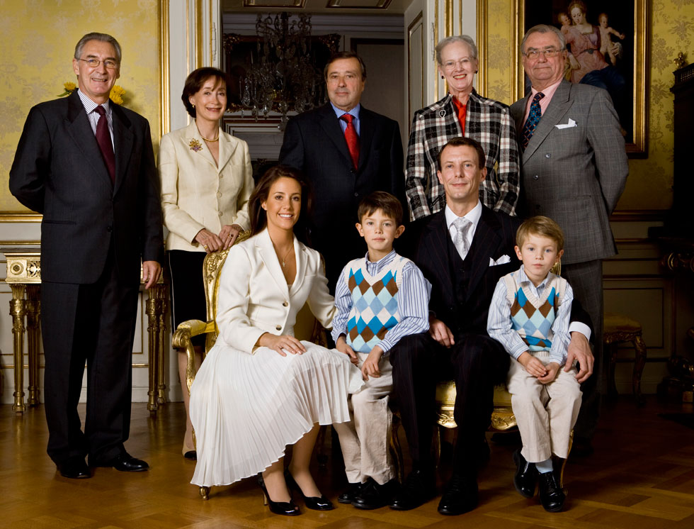 הנסיך ניקולאי, משמאל, ואחיו הנסיך פליקס, עם ההודעה הרשמית על אירוסיו של אביהם לאשתו השנייה (צילום: AP)