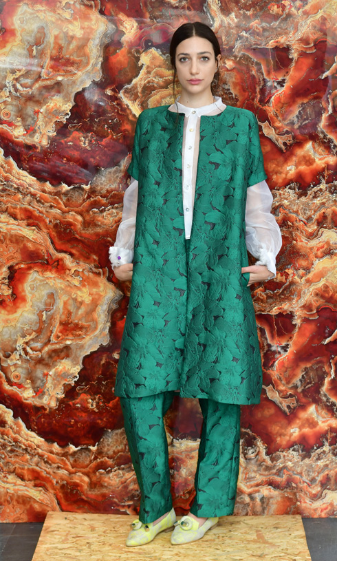ממשיך לקבל לקוחות פרטיות מתוך הסטודיו הביתי. חליפה בעיצובו של יהושע דרייפוס (צילום: רפי קוץ)
