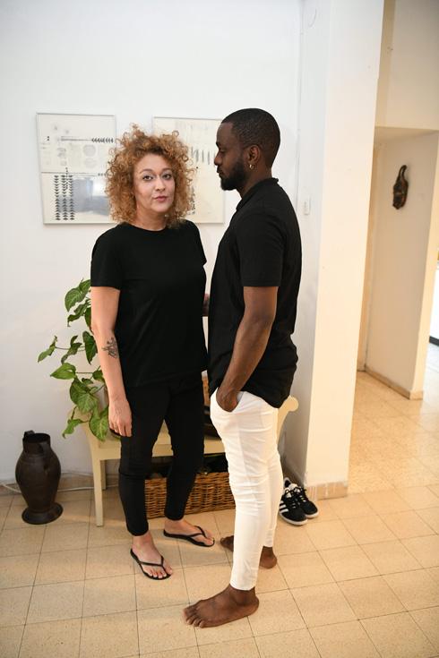 """מרו וכריס. """"אנחנו אוכלים בבית אוכל אפריקאי, ולפעמים אני מסכימה גם שנאכל בידיים, כדי לשמח אותו"""" (צילום: יאיר שגיא)"""