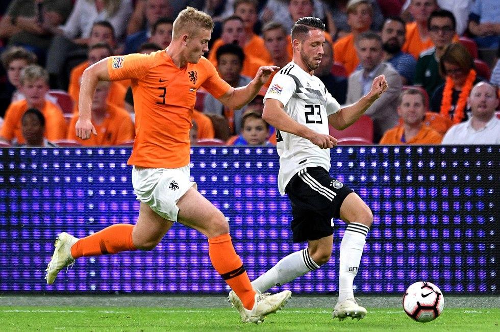 דה ליכט במשחק של הולנד מול גרמניה (צילום:  EPA )