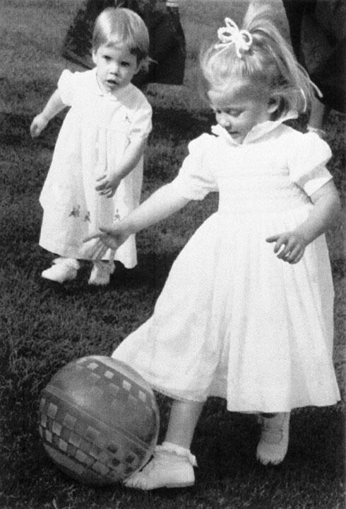 יוג'יני בילדותה (משמאל) (צילום: AP)