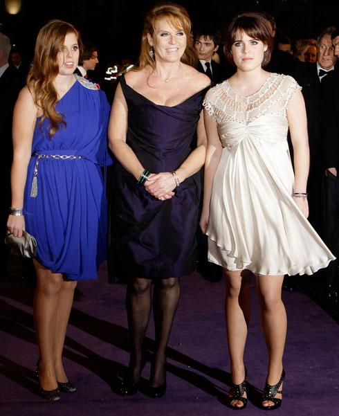 בגיל 17 (מימין) עם אמה ואחותה (צילום: AP)