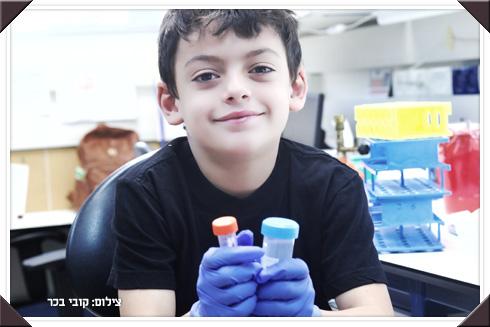 """לחצו על התמונה: יובל, בן 7 מרחובות: """"אמא ואני משמידים חיידקים רעים במעבדה"""" (צילום: קובי בכר)"""