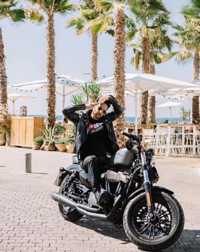 אפשר סיבוב על האופנוע? (צילום מסך)