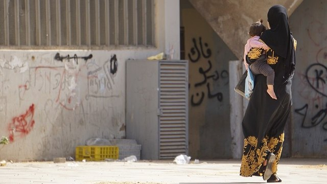A woman and her child walk in Rahat (Photo: Victor Cabrera)