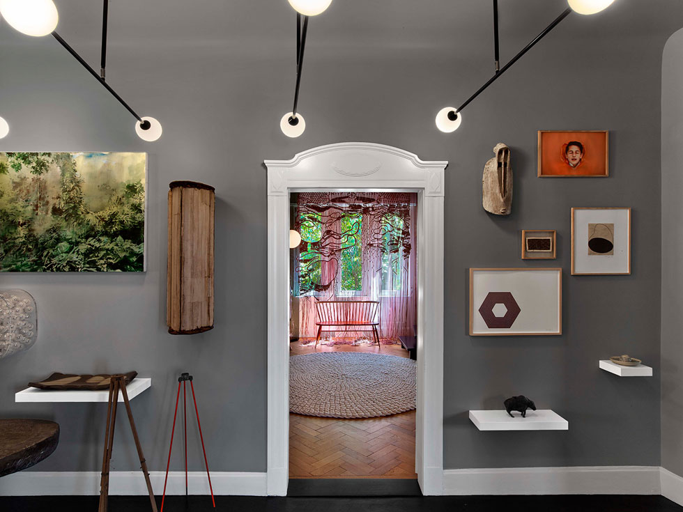 במסדרון תצוגה כמו מוזיאלית של יצירות אמנות ופריטי עיצוב. למשל, מנורות מדגם two spheres של Atelier Areti (צילום: Eric Laignel)
