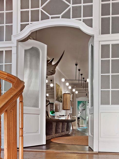 מבט מחדר המדרגות של בניין הדירות, שנבנה בסגנון וילהלמיאני בתחילת המאה ה-20 (צילום: Eric Laignel)