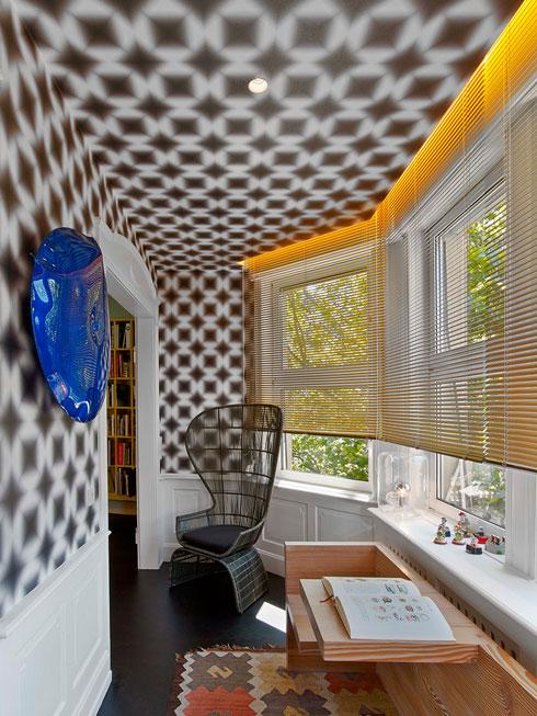 בקצה הדירה חדרון תחום בחלון-מפרץ, עם טפט פסיכדלי שעיצב בעל הבית, מעצב הטקסטיל גאבל, בעצמו (צילום: Eric Laignel)