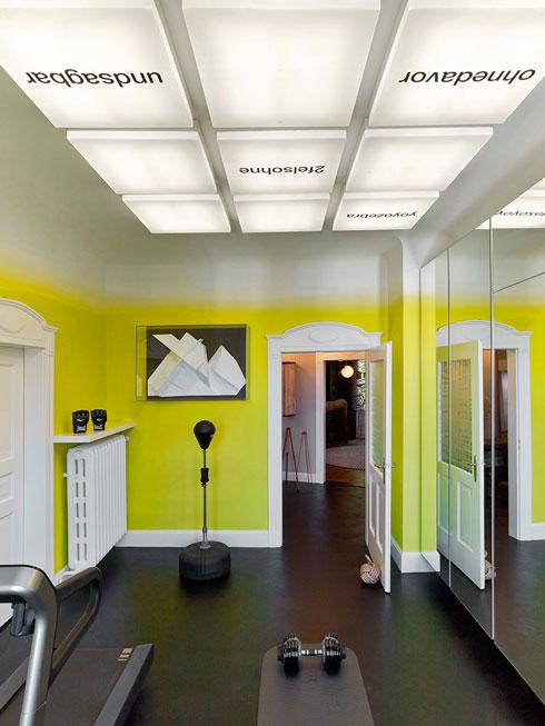 בחדר הכושר הקירות נצבעו בצהוב שמחוויר לקראת המפגש עם התקרה (צילום: Eric Laignel)