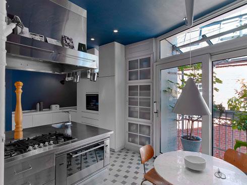 בני הזוג מרבים לבשל, ובמטבח ציוד מקצועי מנירוסטה (צילום: Eric Laignel)