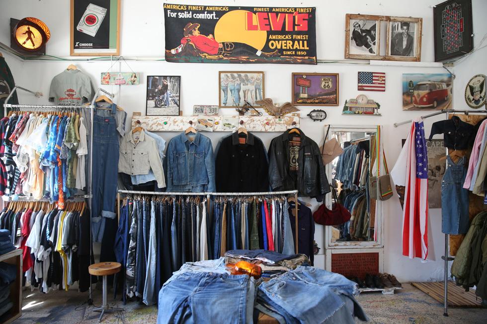 שילוב בין אופנת רחוב, חפצי וינטג', תקליטים, ופריטי מעצבים כמו מעיל של חברת האופנה הבריטית ברבור ותיקים של לואי ויטון, בובות פלסטיק ומכנסי ג'ינס של ליווי'ס. Seekers (צילום: דניאל בר און)