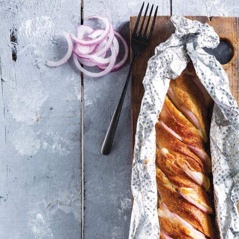 לחם במילוי גבינה ובצל סגול  (צילום: בועז לביא, סגנון: נעה קנריק)