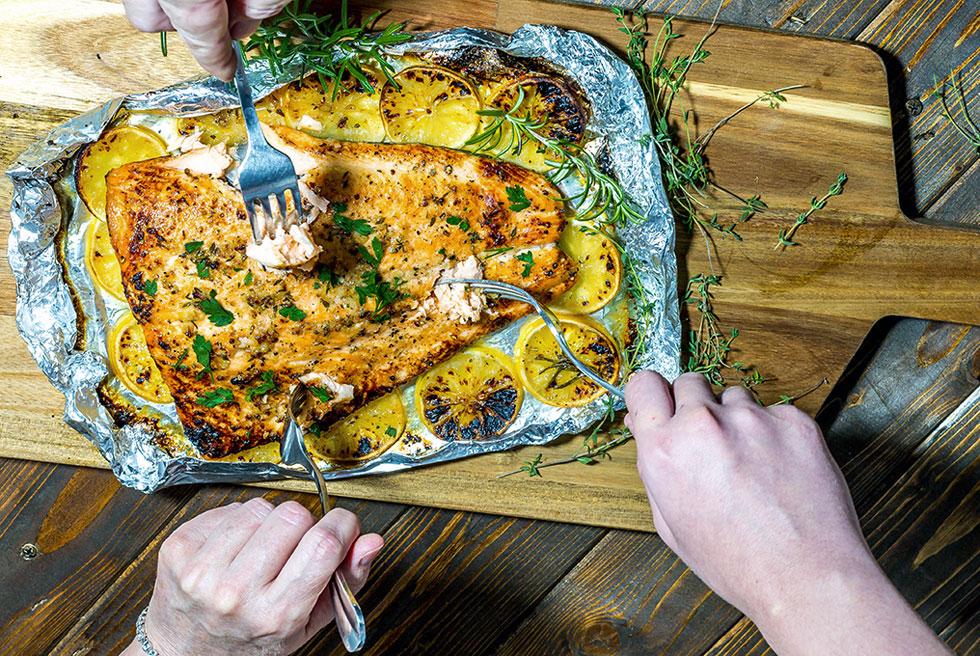 פילה סלמון בתנור על מצע לימונים וברוטב שום ודבש (צילום: ירון פלד)