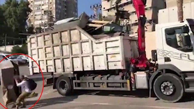 משאית הפילה ארון וכמעט פגעה בעובר אורח ()