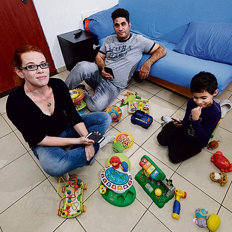 """ניקול ומיקו שמעון ובנם. """"אחרי שהילדים הולכים לישון""""   צילום: שאול גולן"""