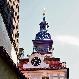 שעון עם אותיות עבריות ברובע היהודי בפראג