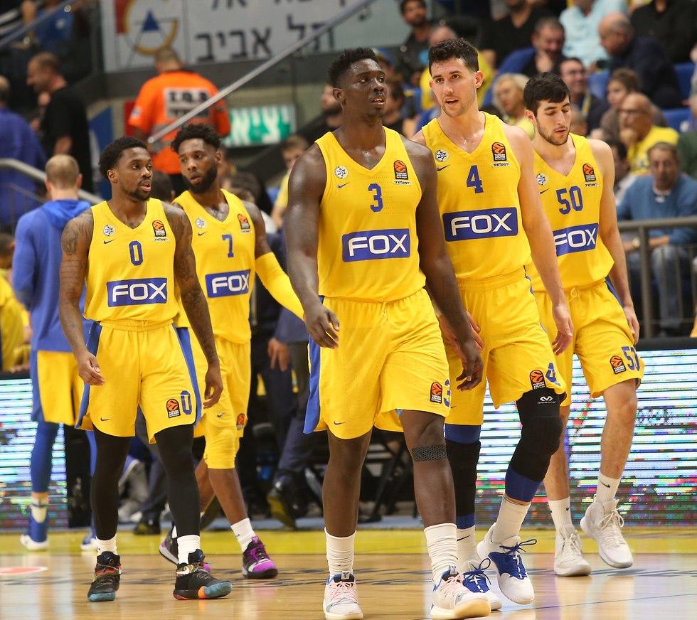 שחקני מכבי תל אביב מתוסכלים (צילום: אורן אהרוני)