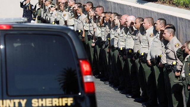 מסע הלוויה של סגן השריף (צילום: EPA)