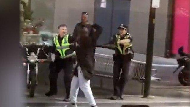 Инцидент в Мельбурне. Столкновение с полицейскими