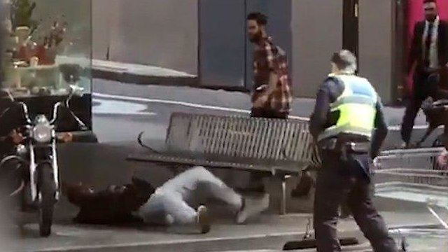 Инцидент в Мельбурне. Слева - нейтрализованный преступник