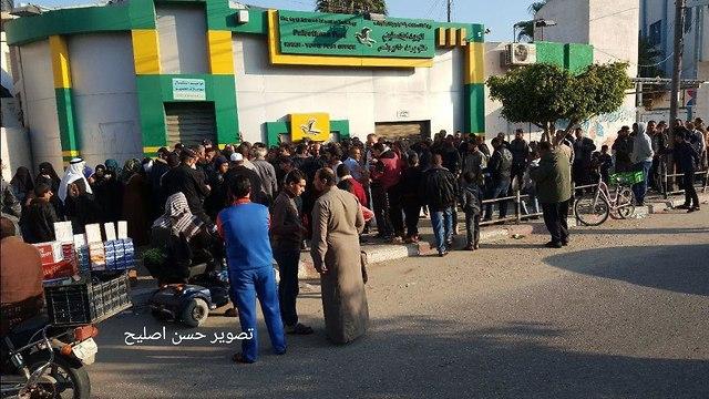 Очередь за зарплатой из денег Катара в Газе