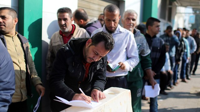 Hamas civil servants in line to receive payments (Photo: Reuters)