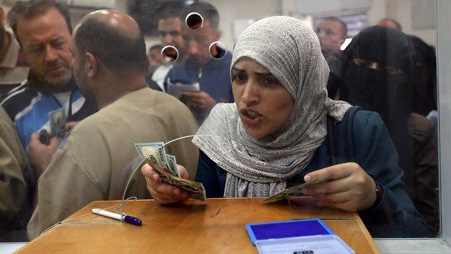 תשלום משכורות לפקידי חמאס (צילום: רויטטרס)