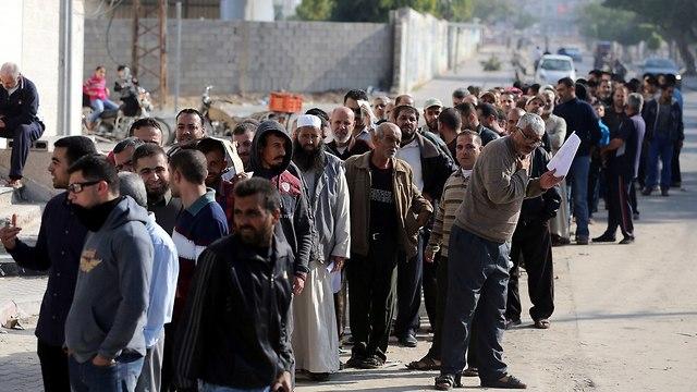 תשלום משכורות לפקידי חמאס (צילום: רויטרס)