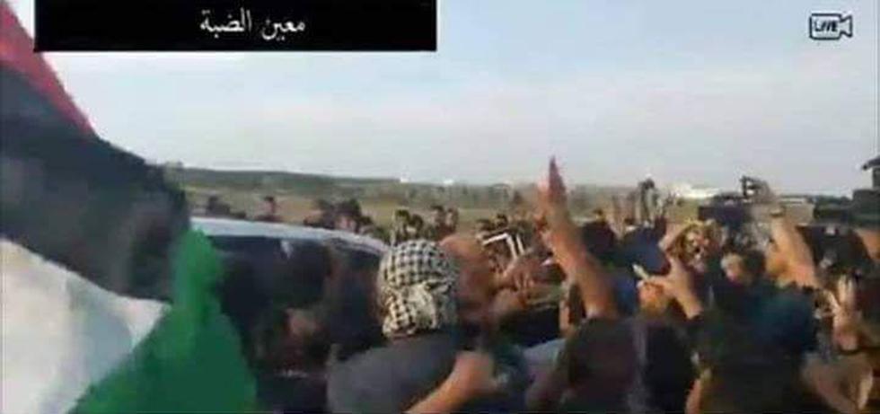 השגריר הקטארי מוחמד אלעמאדי ומנהיג חמאס בעזה יחיא סינוואר בהפגנות ()