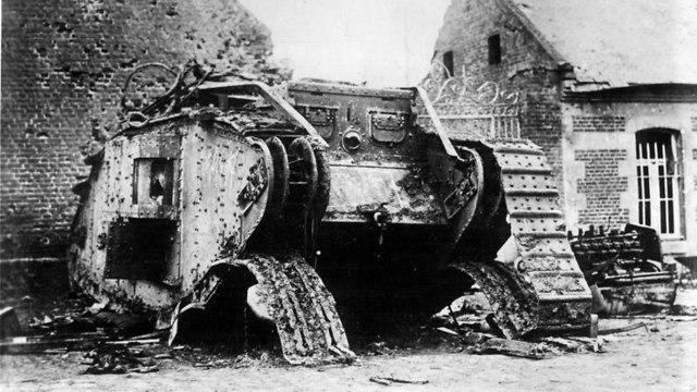 טנק בריטי שנפגע במלחמה (צילום: מתוך ויקיפדיה)