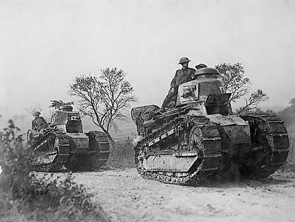 חיילים אמריקנים על טנקים צרפתים (צילום: מתוך ויקיפדיה)