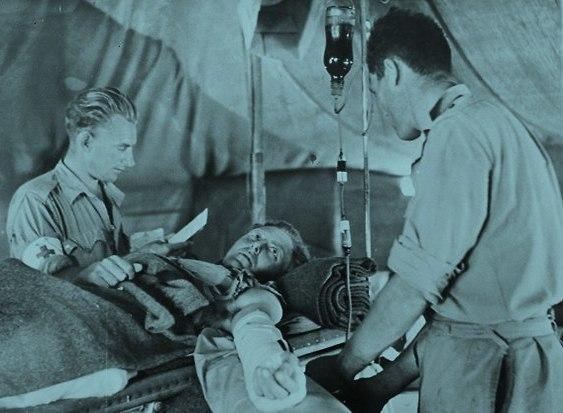בנק הדם הראשון בהיסטוריה. חייל פצוע מקבל עירוי דם בבית חולים צבאי  (צילום: מתוך ויקיפדיה)