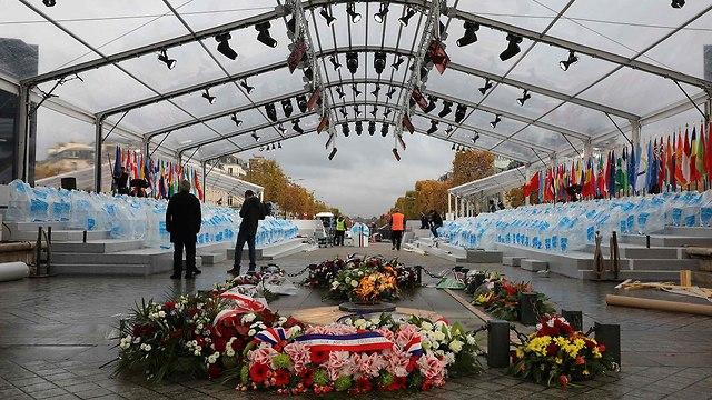 שער הניצחון ב פריז צרפת הכנות טקס ציון 100 שנה למלחמת העולם הראשונה (צילום: AFP)