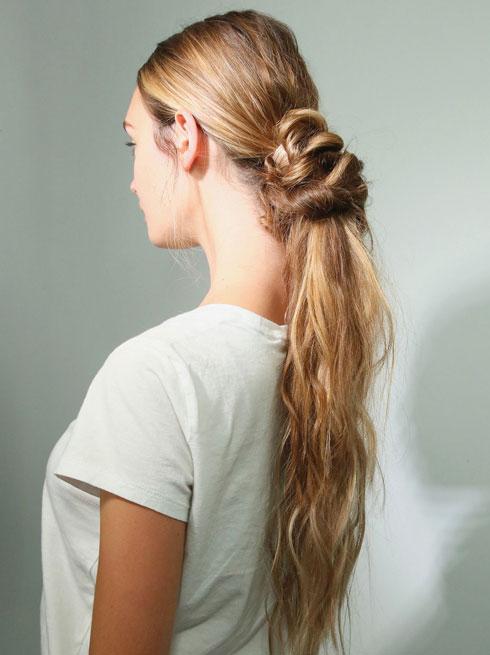 השיער נאסף לקוקו או לפקעת, עם אלמנט קשירה העשוי מהשיער עצמו  (צילום: Astrid Stawiarz/GettyimagesIL)