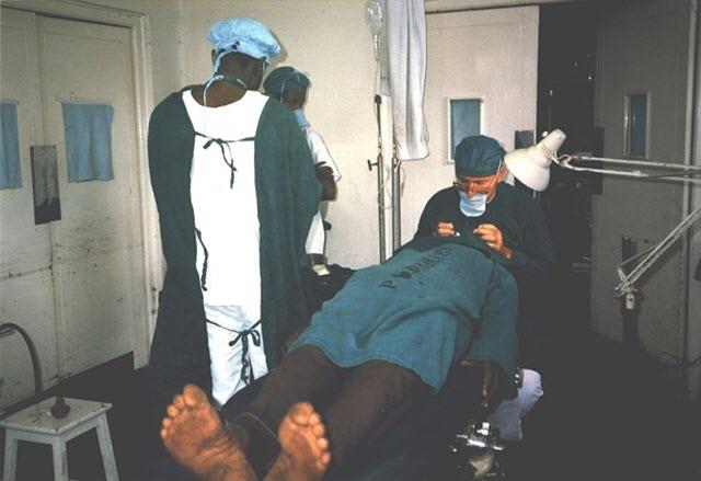 פרופ' פאר מנתח בחבל טורקנה בקניה ב 1987 (צילום: אוסף פרטי)