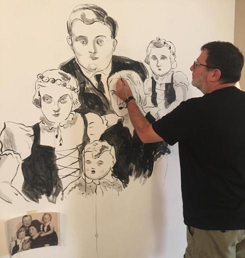 איציק רנרט משלים את ציורי הקיר, המבוססים על צילומים משפחתיים (צילום: שנקר)