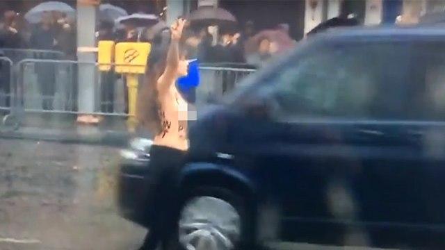 פעילה פמיניסטית FEMEN התפרצה ליד שיירה דונלד טראמפ טקס פריז מלחמת העולם הראשונה ()