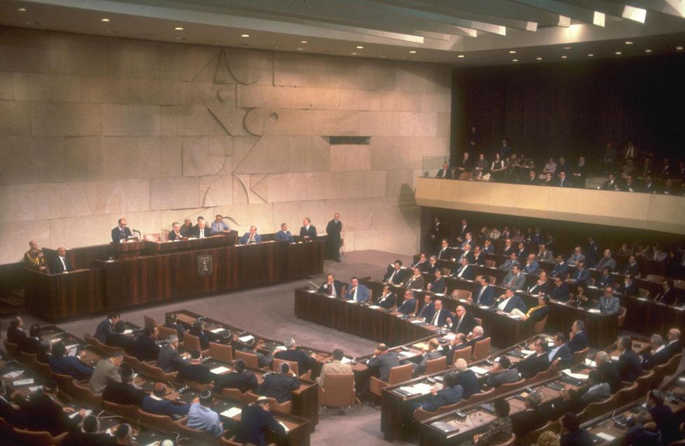 """מליאת הכנסת בזמן הנאום. כל העם נצמד למקלטי הטלוויזיה (צילום: סער יעקב, לע""""מ)"""