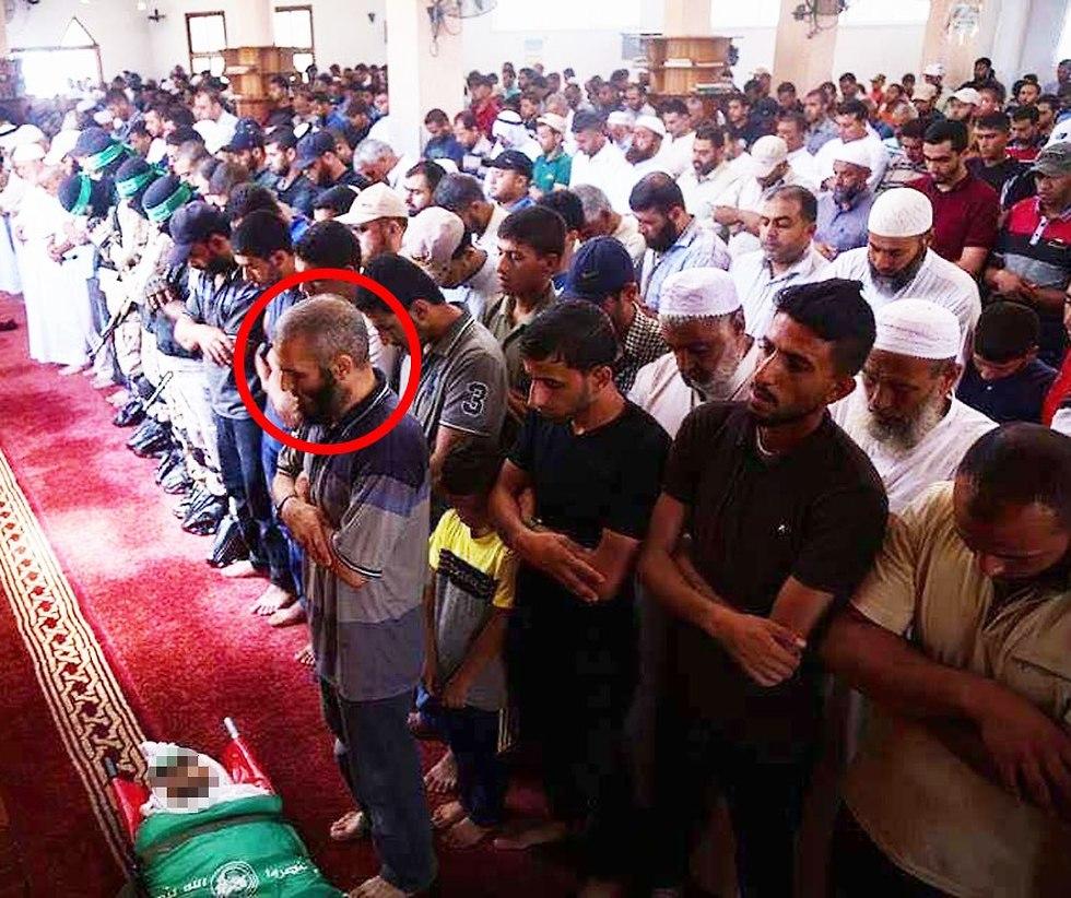 אמו של נור בראכה בהלוויה של פעיל חמאס ()