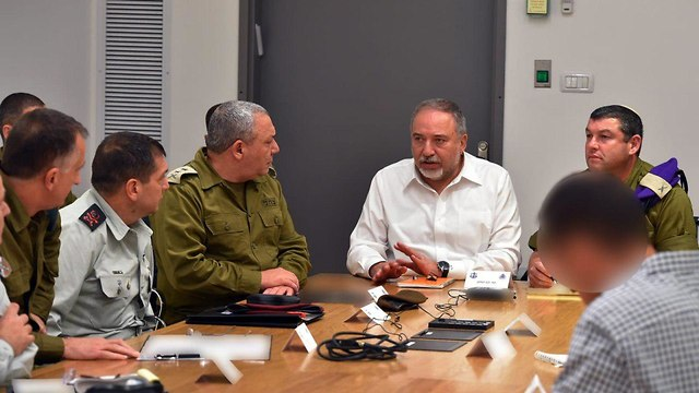 Liebermna lors d'un briefing (Photo: Ariel Hermoni)