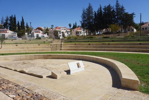 """מעבר לשורת הברושים: """"תיאטרון"""" מדורג ובמרכזו שרידי האמה העתיקים (צילום: מיכאל יעקובסון)"""