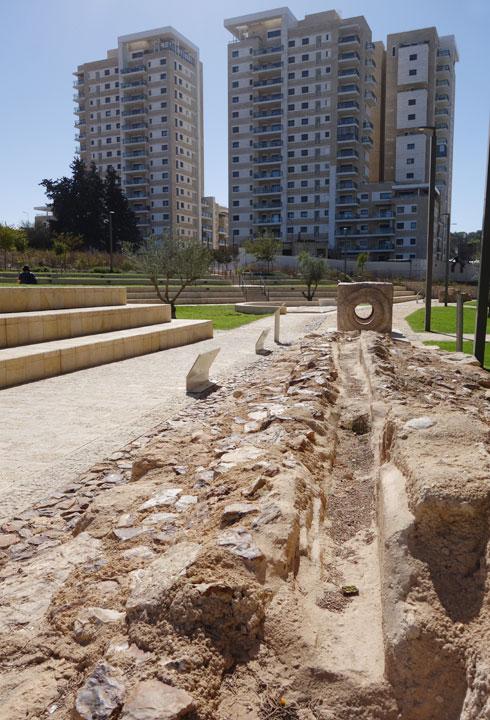 גן ייחודי למרגלות מבני מגורים סטנדרטיים (צילום: מיכאל יעקובסון)