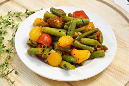 שעועית ירוקה מוקפצת עם עגבניות שרי, שום ובזיליקום (צילום: אפרת סיאצ'י)