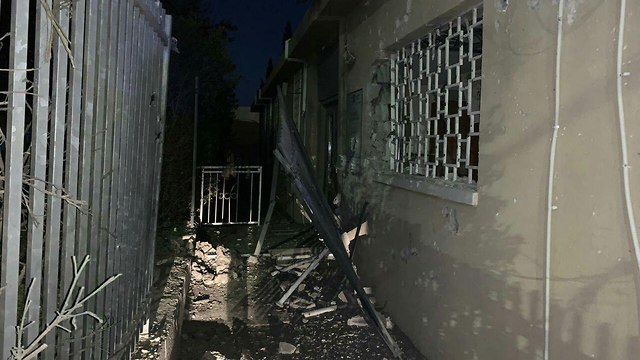 נזק מנפילת רקטה בבניין המועצה הדתית הנתיבות (צילום: רדיו דרום)
