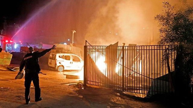 שריפה בעקבות פגיעת רקטה בשדרות (צילום: AFP)