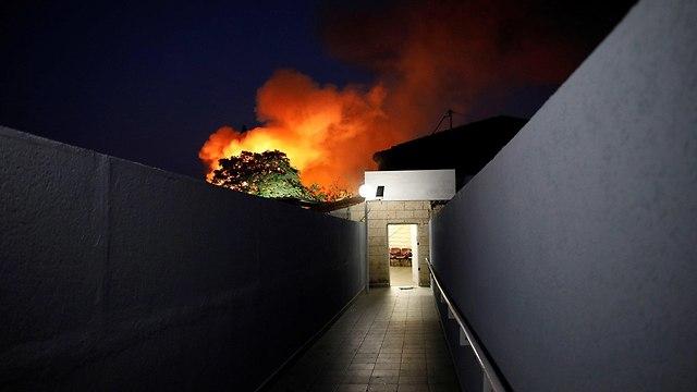 שריפה בעקבות פגיעת רקטה בשדרות (צילום: רויטרס)