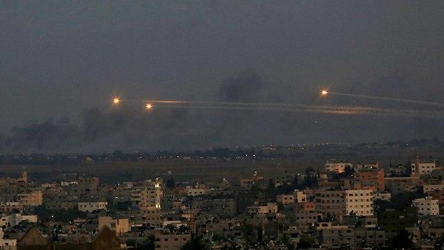 ירי רקטות מ עזה אל עבר ישראל (צילום: AP)